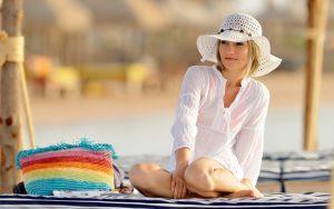 Широкополые шляпы - неотъемлемый аксессуар для пляжного отдыха