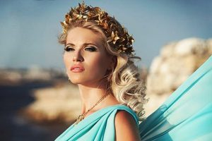 Этнический стиль в античном направлении отличается тонкими струящимися тканями и очень женственными прическами