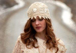 Придерживаясь стиля бохо, следует отдавать предпочтение шапочкам, украшенным кружевом, цветами, брошью
