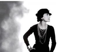 Коко Шанель в своем классическом маленьком черном платье