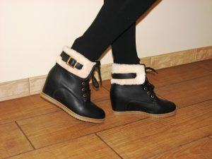 Сникерсы отделаны мехом и ногам в них тепло и красиво
