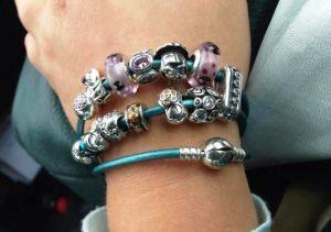 Множество китайских производителей применяют успешную идею модульных браслетов в стиле pandora в производстве бижутерии