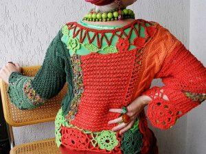 В одежде стиля прослеживается насыщенность цветом, разнообразие рисунков и узоров