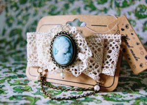 В брошах шебби шик используются композиции в форме медальона