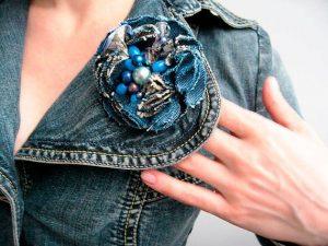 Броши шебби шик могут выступать как элементы декорирования джинсовой одежды