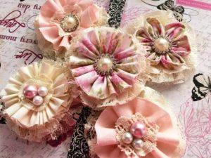 Особенно хороши для стиля shabby chic броши с камнями светло-розовых,  кремовых оттенков, с перламутровым блеском жемчуга
