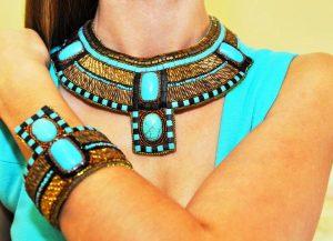 Бирюза хорошо подходит для создания модного образа в египетском стиле