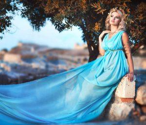 Одежда в греческом стиле позволяет создать современным модницам образы богини и прекрасной нимфы