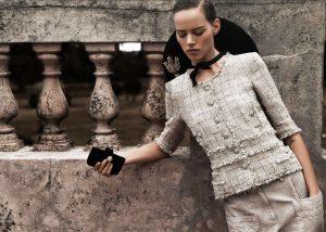 Вязаный жакет в стиле Шанель, сохраняющий тепло тела в холодную погоду и подчеркивающий красоту его обладательницы