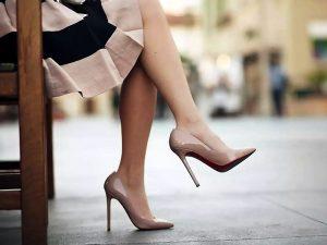 Туфли на шпильке делают ноги визуально стройнее