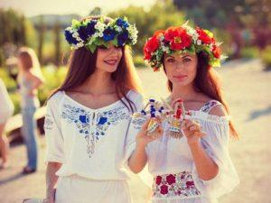 Сочетание ярких цветов с использованием дополнительной этнической атрибутики поможет вжиться в образ