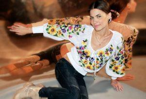 Разноцветный рисунок и крупный декор в блузке несет в себе внутреннее умиротворение и гармонию с природой