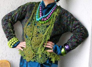 Если основная одежда однотонного цвета, то бижутерию и прочую атрибутику лучше использовать разноцветную