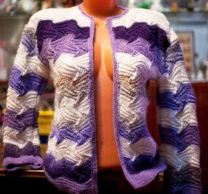 В укороченном варианте, фасон актуален для девушек хрупкого телосложения или с идеальной фигурой
