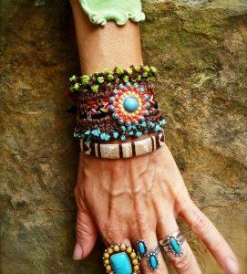 Проявив фантазию, можно подобрать яркие элементы для браслетов в этническом стиле