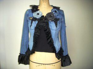 Всегда можно найти способ подарить новую жизнь надоевшей старой одежде, дополнительно декорируя ее новыми элементами