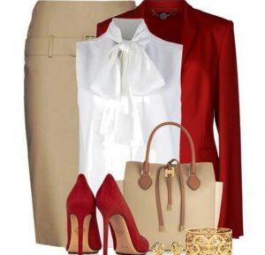 Сочетание длинной бежевой юбки с красным цветом создает женственный и сексуальный образ