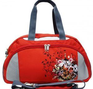 Сумочка, где вместо известного логотипа изображены цветы и бабочки помимо уличной одежды подойдет и к летнему сарафану с босоножками и разнообразит рабочий дресс-код