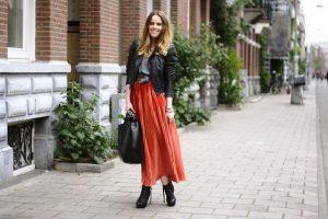 Длинная плиссированная юбка в сочетании с кожаной курткой подчеркнет хрупкость и изящество образа