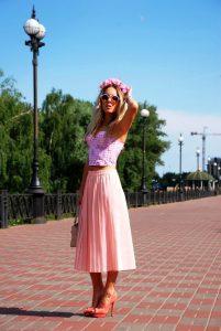 Розовая юбка плиссе в сочетании с топом выглядит очень