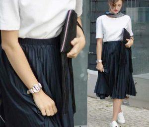 Лучше всего черная юбка плиссе сочетается с белым верхом