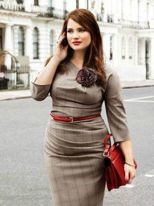 Серое офисное платье можно разбавить аксессуарами более ярких оттенков