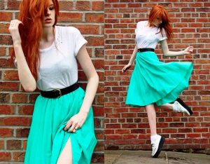Яркие юбки плиссе до колен будут уместны в спортивном стиле