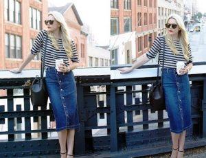 Джемпер в морском стиле отлично смотрится с джинсовой юбкой на пуговицах
