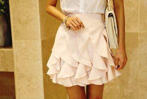 Короткая юбка с вертикальными воланами больше подойдет молодым девушкам