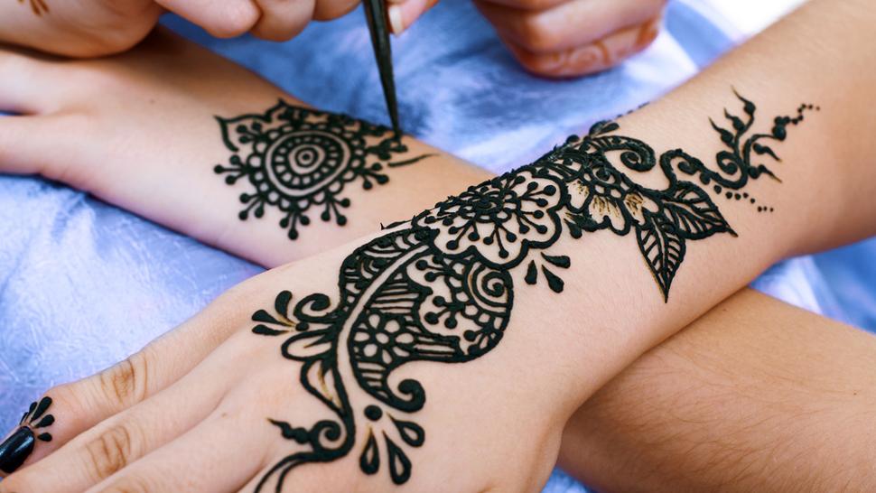 Хну наносят с помощью кисточки или палочки, и татуировка полностью исчезает в течение 2-4 недель. Хоть это мало имеет отношения к татуировкам, все же выход из положения.