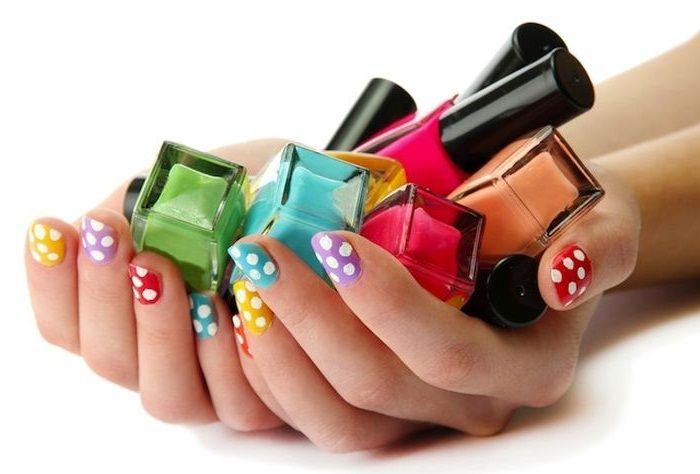 Помимо качественного лака для ногтей, также следует приобретать себе жидкость для снятия лака без ацетона, она не портит ногти так сильно как ацетон.