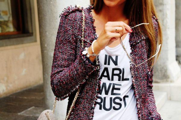 Бордовый оттенок твидового пиджака не выходит из моды