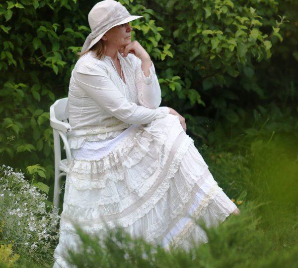 Очень красиво смотрится многоярусная белая длинная юбка в бохо стиле
