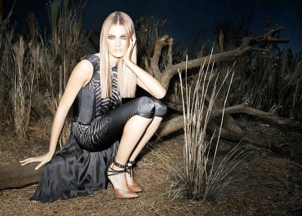 Блондинкам одежду в афростиле стоит подбирать более темных тонов