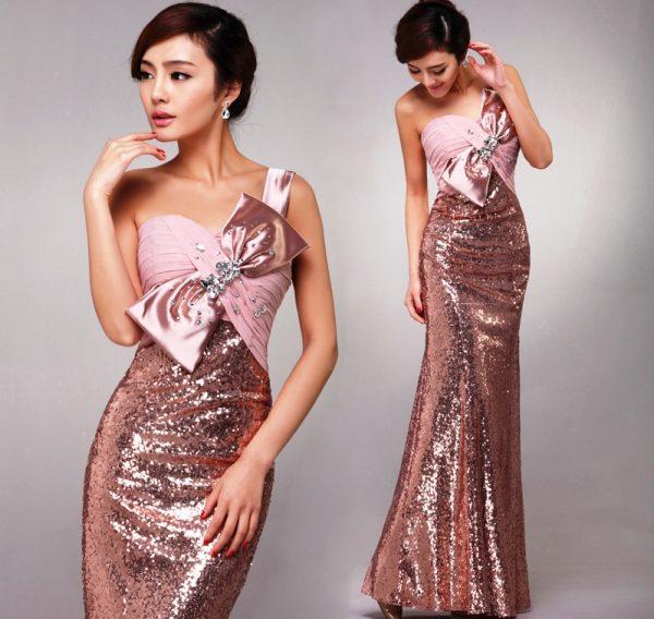Платья из блестящей ткани очень популярны в этом году