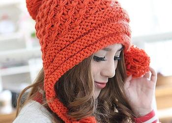 Для более холодного сезона подойдет шапка плотной вязки с теплой подкладкой.