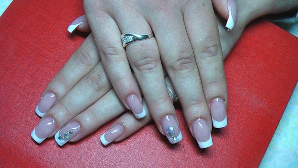 Если все-таки Вы решились на процедуру наращивания ногтей, то дочитайте до конца статью – узнаете на что необходимо обратить внимание, чтобы избежать неприятных ситуаций, а Ваши ногти стали не только красивыми, но и здоровыми