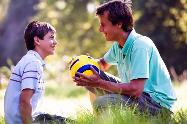 Контакт с отцом поможет мальчику в пубертатном периоде чувствовать себя защищенным и более уверенным