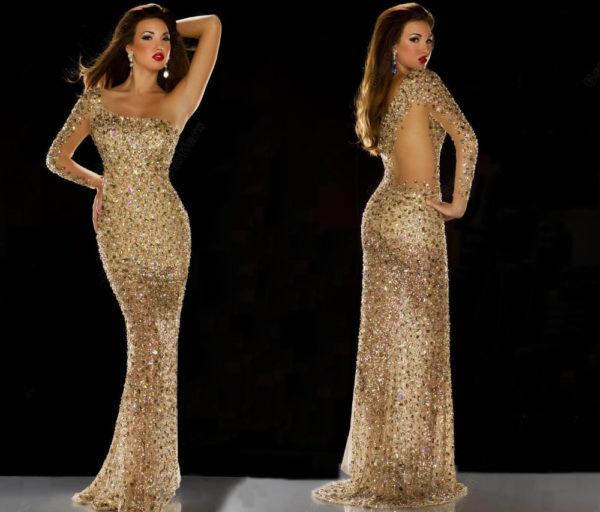 Блестящее вечернее платье не требует дополнительных украшений