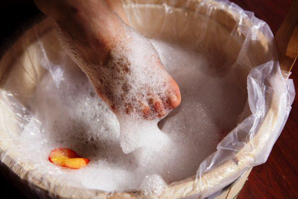 Горячие мыльные ванночки с содой помогут в борьбе с мозолями со стержнем
