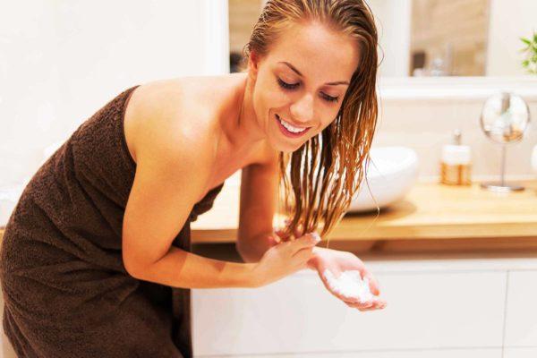 После применения пилинга обязательно нанесите а волосы ухаживающий бальзам или кондиционер