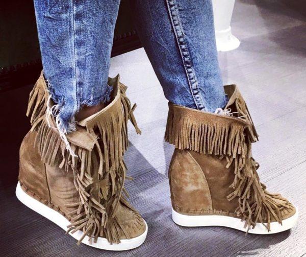 Сникерсы с бахромой под джинсы - стильно и модно!