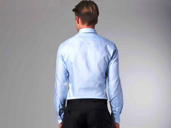 Для приталенной рубашки шьется кокетка из двух слоев ткани