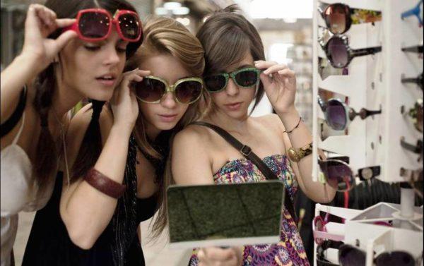 Пусть ассортимент солнцезащитных очков, которые предлагают купить отечественные онлайн и оффлайн магазины женских аксессуаров, тебя не смущает, а, наоборот, вдохновляет