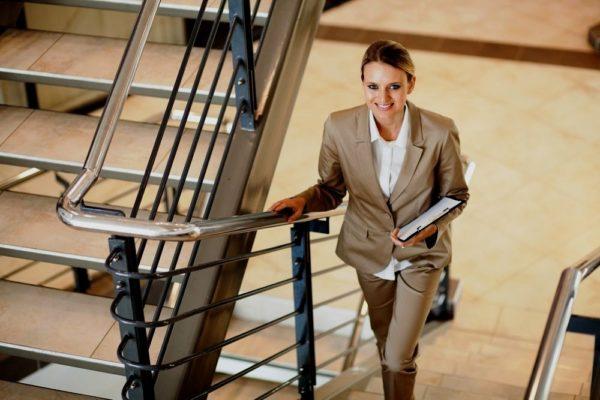 Поднимитесь по лестнице – это поможет размять ваше тело
