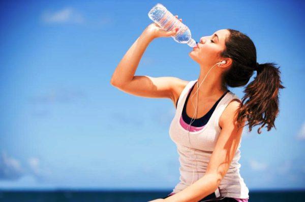 Необходимо пить много воды, потому как наружного увлажнения кожи недостаточно, важно и внутреннее увлажнение