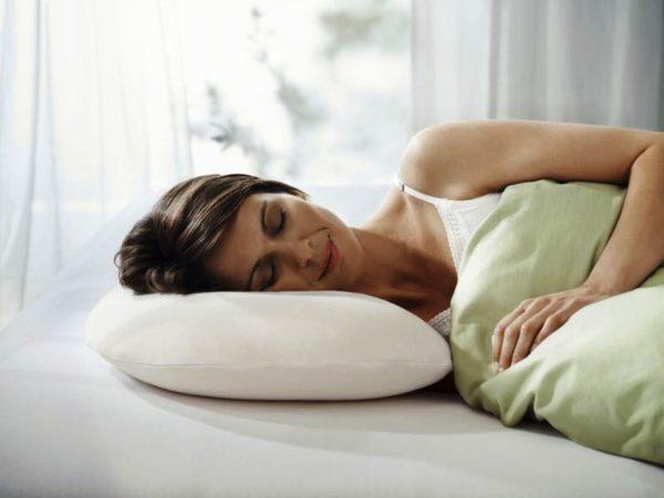 Помимо покупки специального матраса, стоит также обратить внимание и на специальные ортопедические подушки. Правильно подобранная подушка положительно влияет на положение шейного позвоночника по время сна