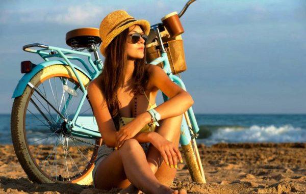 Для велопрогулки в солнечную погоду солнцезащитные очки будут весьма кстати
