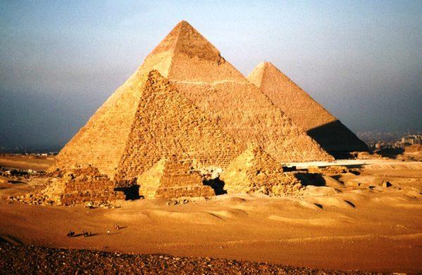 Египетские пирамиды Гизы являются единым Чудом Света, которое уцелело