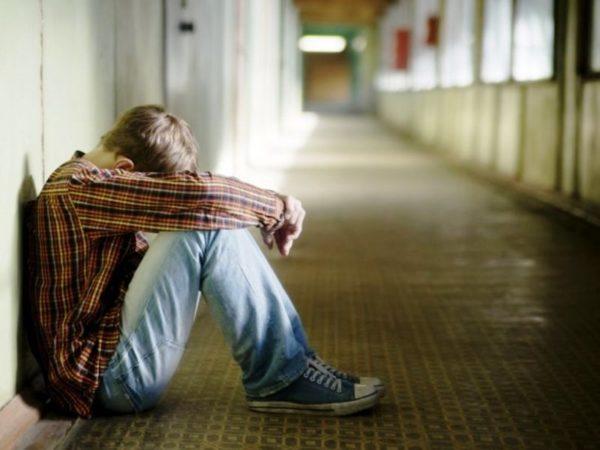 Недостаток живого общения может вызвать страх и тревожность перед обществом